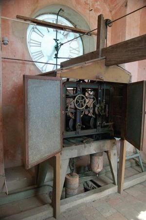 Maquinaria de reloj en iglesia San Isidro