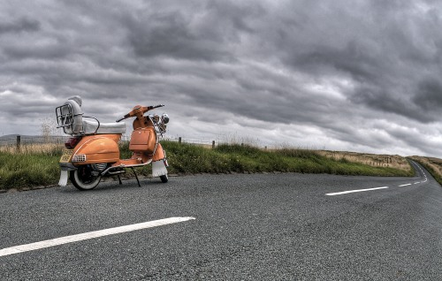 Motoneta en carretera. Autor de imagen: Mark Elliott - Pexels